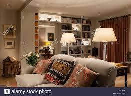 passende leuchten im landhausstil wohnzimmer stockfotografie