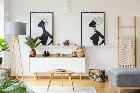 schwarz weiß afrikanische poster über dem schrank im wohnzimmer interieur mit le und tabelle echtes foto stockfoto und mehr bilder afrikanische
