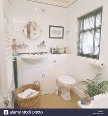 weiß im becken im unterschrank in kleinen weißen badezimmer