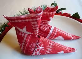 serviette de noel en papier les bottes de lutin un bricolage et pliage facile à faire avec