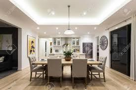 moderne esszimmer mit auf len hängen gibt es stühle und tisch setup mit ausgefallenen elemente auf dem holzboden