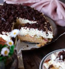 rhabarberkuchen mit sahne und schokostreusel