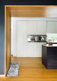 blick in offene küche mit wand und decke bild kaufen
