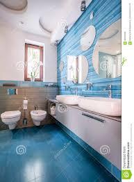 badezimmer mit blauen fliesen und spiegeln stockfoto bild