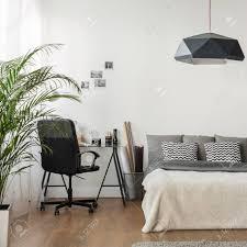 wohnzimmer und büro in einem modernen stil kombiniert