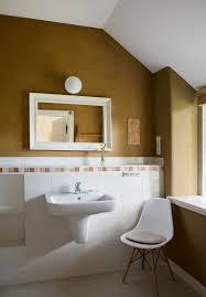 weißer stuhl neben waschbecken im bild kaufen 13190567