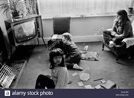 kinder fernsehen zu hause interieur wohnzimmer 70er jahre