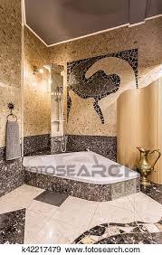elegante mosaik badezimmer mit groß badewanne stock