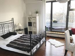 schickt eingerichtetes schlafzimmer mit schwarz weißen