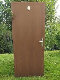 badezimmertür mit metalltürstock schloss und schlüssel