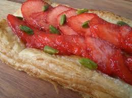 tarte aux fraises pate feuilletee tarte caramélisée fraises et pistaches tambouille et