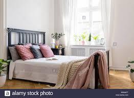 schlafzimmer einrichtung schwarzes bett caseconrad
