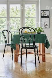 schwarzen stuhl neben einem tisch mit grünem tuch in einem esszimmerinterieur balkonfenster im hintergrund echtes foto stockfoto und mehr bilder