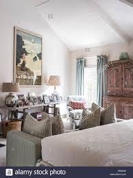 alte rosa schrank im schlafzimmer mit großen vintage