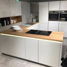 eine moderne grifflose küche mit weißer hochglanz front und