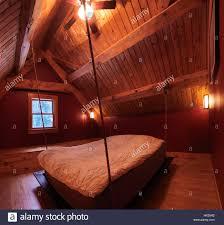 attic loft schlafzimmer mit einem bett hängen in einem
