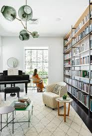 wohnzimmer mit deckenhoher bücherwand bild kaufen