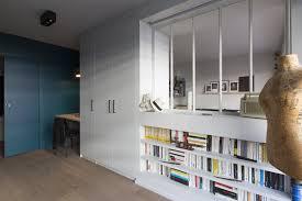 bureau discret a une réhabilitation complète qui met en évidence couleurs