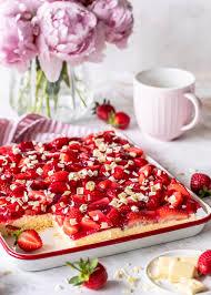 erdbeer vanille blechkuchen mit weißer schokolade
