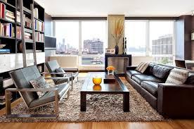 wohnzimmer mit shaggy teppich in beige und braunem ledersofa
