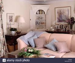 weiße eckschrank im ferienhaus wohnzimmer mit
