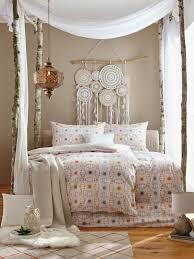 schlafzimmer mit bett und bettwäsche im bohemian style