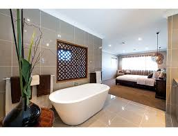 we the open plan design of this bedroom and bathroom