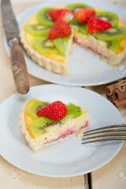 kiwi und erdbeertorte torte mit zitronencreme creme und gewürzen