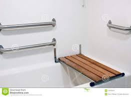siege baignoire pour handicapé siège de banc sur le baquet d handicap image stock image du wooden