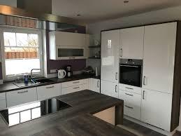 weiße hochglanzküche mit kochinsel und tresen