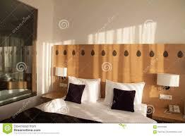 zeitgenössisches hotelzimmer mit ansicht und glaswand zum