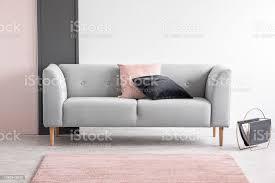 pastell rosa und schwarzen design im eleganten wohnzimmer interieur mit einem bequemen sofa echtes foto mit textfreiraum stockfoto und mehr bilder