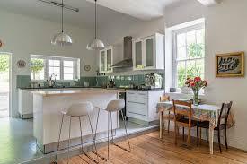 weiße küche mit betonboden und grünen bild kaufen
