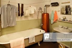 badezimmer 1950er jahre mit badewanne wäsche und badeofen