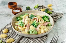 gnocchi mit brokkoli und schinken in cremiger käsesauce