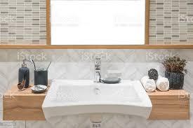 doppelwaschbecken mit handtuch und dekoration im badezimmer stockfoto und mehr bilder arbeitsplatte