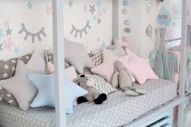 kinderbett im weißen sonnigen schlafzimmer kinderzimmer und