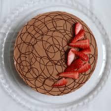 schokomousse torte mit erdbeeren sahnehäubchen