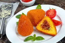 gebratene arancini klassische italienische küche risottokegel füllten mit fleisch ragu und grüne erbsen auf weißem teller tomatensoße
