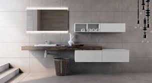 italienische badmöbel in der ausstellung designer