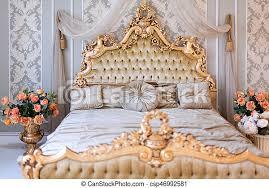 luxuriöses schlafzimmer in hellen farben mit goldenen