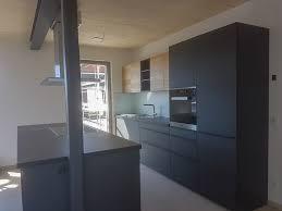 offene gestaltete einbauküche ist schwarz das neue weiss