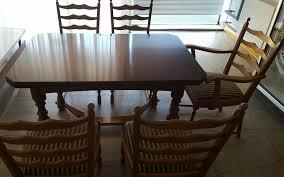 esszimmertisch aus nussbaum mit insgesamt 5 stühlen