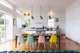 stylische idee farbige esszimmerstühle gekonnt kombiniert