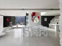 escalier en colimaçon et murs en dans une villa toscane