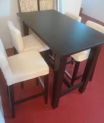 stylischer esstisch mit 4 bequemen sesseln