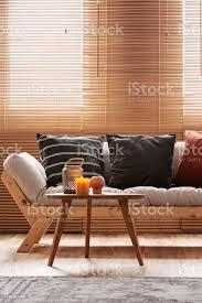 burgund schwarz und gestreifte kissen auf beige wohnzimmer sofa stockfoto und mehr bilder behaglich