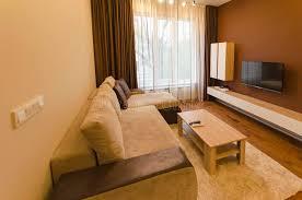 wohnzimmer in der frischen erneuerten wohnung mit moderner