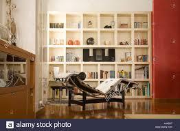 modernes wohnzimmer mit bücherregalen und chaiselongue le