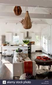 weiße offene wohnraum mit holzfurnier beleuchtung ikea